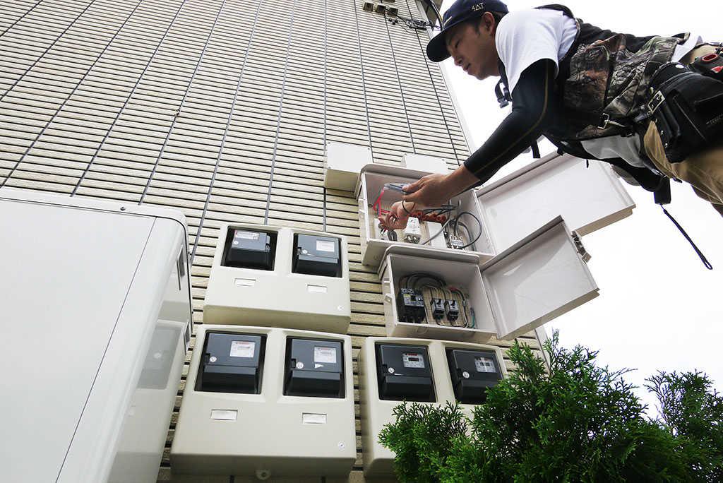 建物壁面にある共用部の分配器。このブレーカーが落ちたのがテレビが映らなくなった原因でした