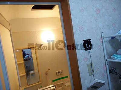 配線を壁に戻した浴室の点検口