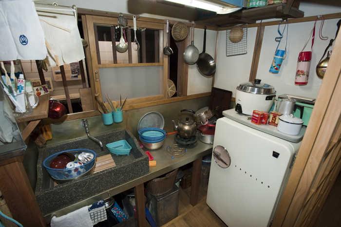 昭和30年代の台所に鎮座する冷蔵庫