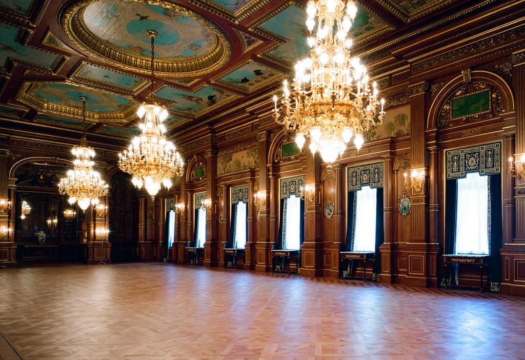 迎賓館赤坂離宮花鳥の間のシャンデリア。こちらの部屋は公式晩餐会が催されるほか、記者会見の場としても使用されています