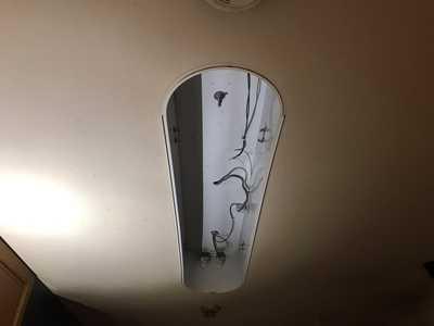 カバーを外し古い蛍光灯を取外したベースライト