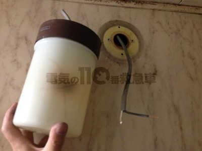 熱で焦げヒビの入った浴室のブラケットライト