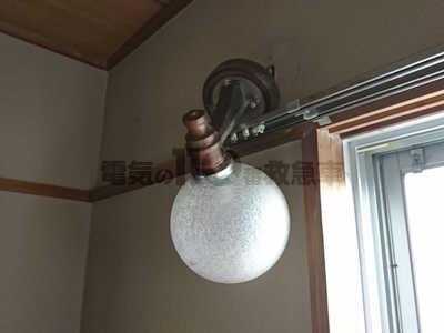 壁から土台が外れた寝室のブラケットライト