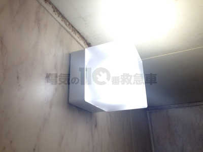 浴室に取付けられた角型のブラケットライト