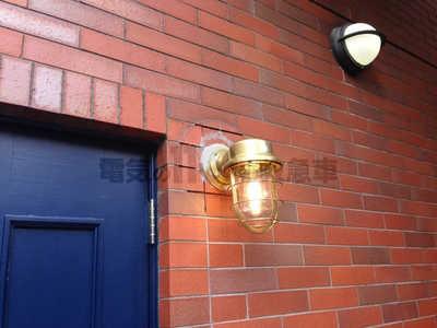 屋外の関横のアンティーク調ブラケットライト