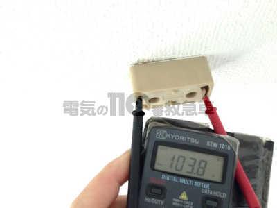 テスターを使用した角型シーリングの電圧調査