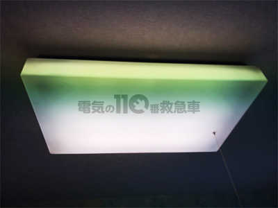 交換前の角型の直付照明
