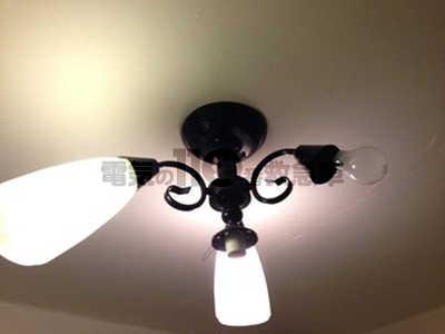 一箇所だけ電球のつかないシャンデリア