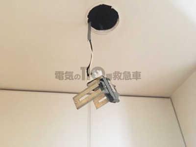 天井から筐体を取り出したダウンライト