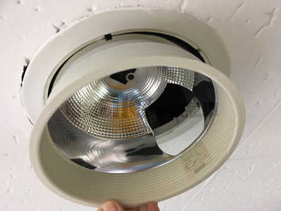 反射板を下にずらし天井から外れたダウンライト