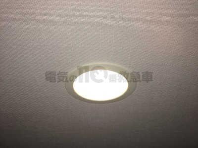 ダウンライトの交換作業その5ダウンライトを天井に埋め込み反射板を取付ける