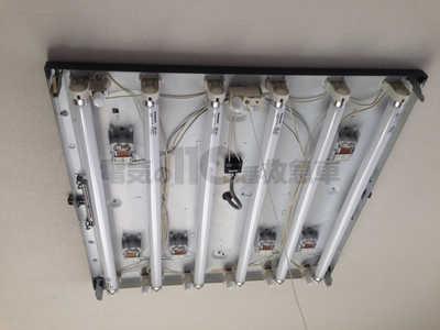 天井に取付けられた古いベースライト