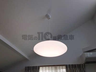 吹き抜け天井に設置されたペンダントライト