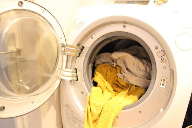 洗濯機からはみ出した洗濯物 イメージ画像