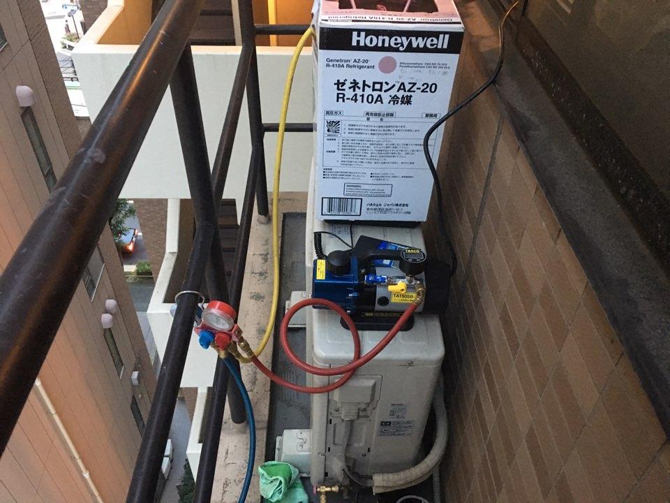 R-410Aガスの充填作業画像