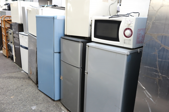 廃棄されている冷蔵庫 画像