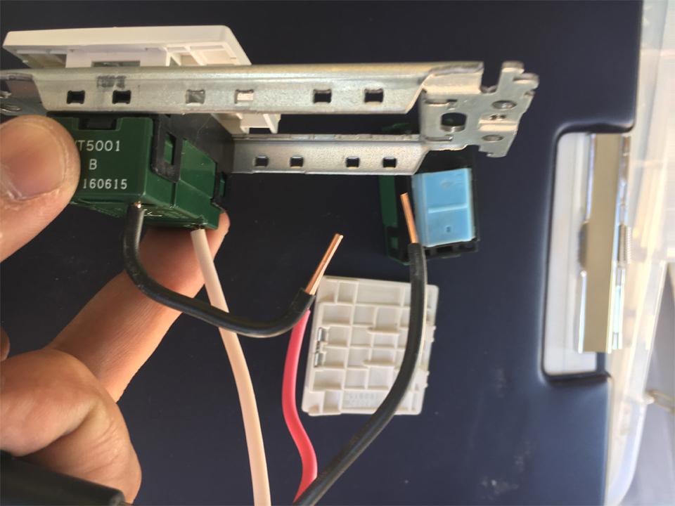 新しいスイッチに配線を取り付ける様子